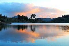 Presa de las niñas (Mariano Rupérez) Tags: grancanaria atardecer flora agua canarias colores cielo niñas presa