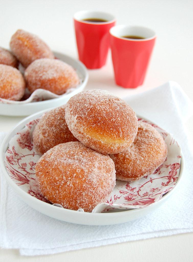 Milk chocolate-filled cinnamon doughnuts / Doughnuts com canela recheados com chocolate ao leite
