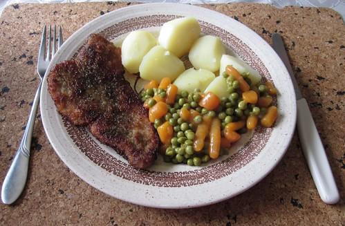 Schnitzel mit Erbsen-Möhren-Gemüse