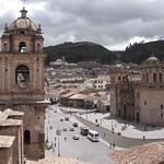 Cusco: Vista de los monumentos que circundan a la Plaza de Armas del Cusco. A la izquierda, la torre de la Compañía de Jesús; a la derecha, la Basílica Catedral