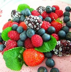 Frutas vermelhas (Jakza) Tags: frutas fruits gastronomia morango amora sobremesa confeitaria framboesa mirtilo duetos frenteafrente jaquezattera frutasvernelhas hortelá