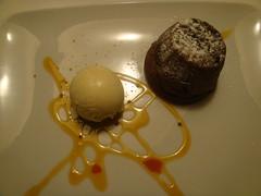 Soufflé de chocolate caliente con helado