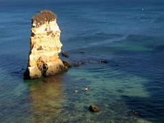 AROUND THE ROCK (André Pipa) Tags: donaana lagos algarve portugal atlântico atlanticocean rocha rock rochedo casal couple gold photobyandrépipa