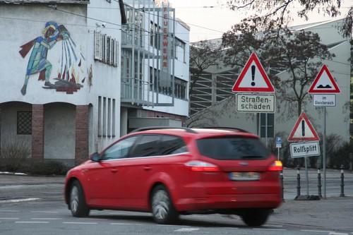 Konzentrationstest im Straßenverkehr: Gen Feuerwehr sind in der Bismarkstraße zur Zeit drei Warnungen aufgebaut, die vor Rollsplit, Straßenschäden (Schlaglöchern bis zu 20 Zentimeter  tief) und - wie üblich - vor Unebenheiten im Gleisbereich warnen.