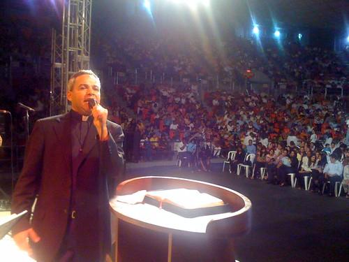 Padre Chelo y publico