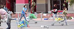 A polícia chilena entrou em confronto com várias famílias que saqueavam um supermercado na cidade de Concepción, uma das mais atingidas pelo poderoso terremoto de sábado. (MIRIAM GODET) Tags: chile chilenos terremoto terremotos saques tremores tremorsismico