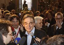 Enrico Rossi in trionfo dopo il plebiscito ottenuto alle regionali