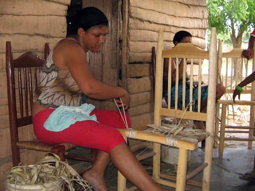 Haciendo sillas de guano