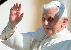Papa Benedetto XVI durante l'udienza generale in Piazza San Pietro in Vaticano oggi 17 marzo 2010