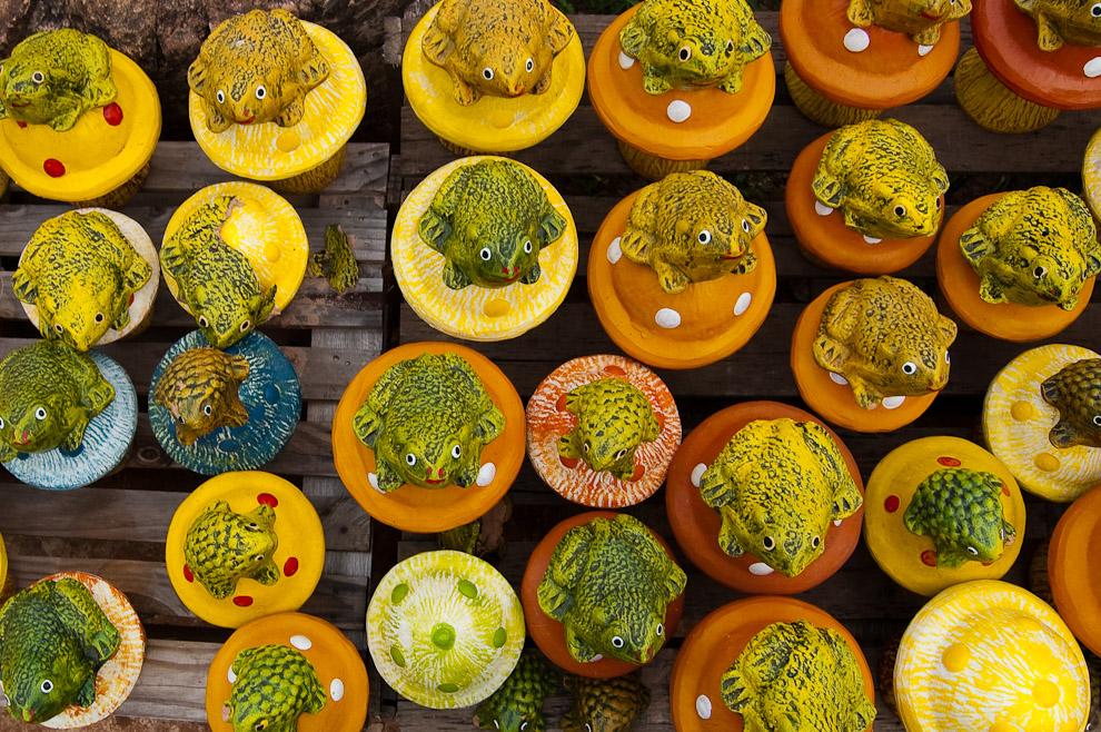 """Ranas de barro, estas y otras son algunas de las artesanías que se encuentran en la alfarería """"La Preferida"""" sobre la Avda. La Candelaria. (Areguá, Paraguay - Elton Núñez)"""
