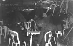 puppy - paulista (lucassiqueiracesar) Tags: rain umbrella table chuva suit cerveja happyhour terno mesadebar analogphoto executivos yashicamf3 mesaplstica terradagaroa dnpcenturia400 puppylanches jornalstyle