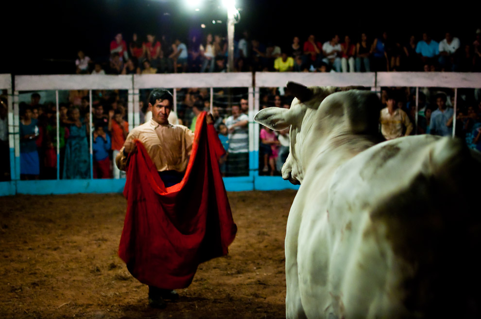 El Torero con más experiencia sostiene el capote con el cual realizó faenas espectaculares durante la corrida del primer ejemplar de la noche, un joven nelore de 300 kilos (15 de Agosto, Paraguay - Elton Núñez)