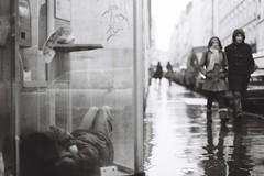 Si seulement quelqu'un pouvait m'appeler (Airicsson) Tags: street old winter urban blackandwhite bw white black paris france film rain seine vintage noir minolta hiver social nb 101 rainy streetphoto et blanc ilford srt101 2010 streetshot srt analogique