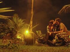 kiss (Karlie Brayshaw) Tags: ted verde love luz grass brasil night pessoas poste kiss foto ubatuba amor beijo laranja boyfriends amarelo karlie grama flare lm cabelo xadrez cumprido selinho combinando combinar leisdemurph