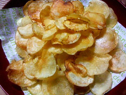 スライサーで薄く切った自家製ポテトチップス。塩味で美味しゅうございました。