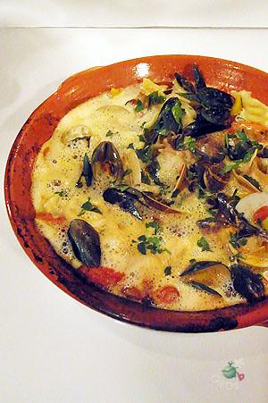 加入義大利麵的海鮮湯