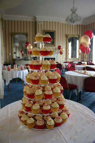 Red Gold Glittery Wedding Cupcakes 100 Vanilla Cupcakes for a wedding at