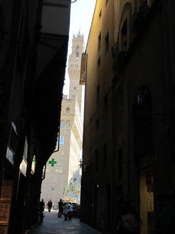Callejuela en el Barrio de Dante. Palacio Vecchio al fondo