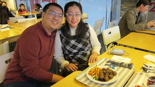 與老公、貝貝合影於IKEA