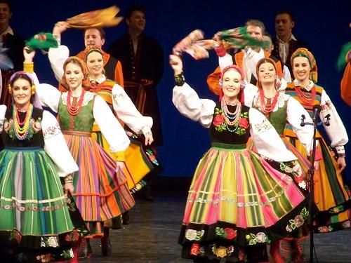kết hợp với một số tổ chức phục vụ người nước ngoài, một nhóm không nhỏ người Việt đã có cơ hội tham gian hiều chương trình văn hóa đặc biệt, ví dụ như thưởng thức nghệ thuật truyền thống của Ba Lan tại Nhà hát Lớn.