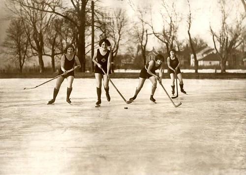 Kvinner spiller ishockey i badetøy