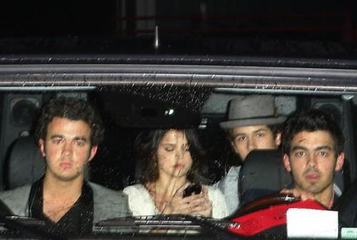 nick-jonas-selena-gomez-backseat