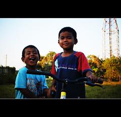 Manir Kids (mohdhanafiah) Tags: people kid kitlens malaysia kampung orang terengganu kualaterengganu d40 nikond40 budakbudak manir afsdxnikkor1855mmf35f56gii