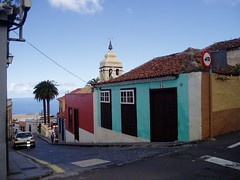 La Orotava - one of the numerous tiny streets going down to the city centre (Sokleine) Tags: streets heritage spain colours canarias via tenerife canaries espagne laorotava