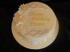 Daisy cake (Donnalicious Cakes) Tags: birthday white cake lemon lilac daisy springflowers