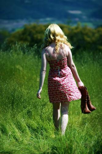 [フリー画像] 人物, 女性, 草原, 後ろ姿, 金髪・ブロンド, ドレス, 201004270300