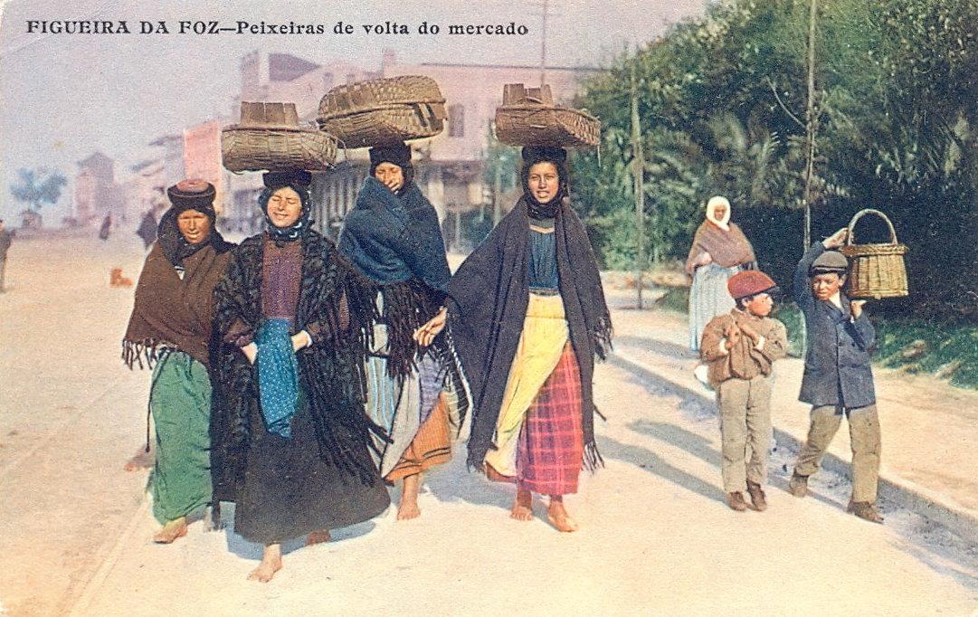 Postal. Peixeiras de volta do Mercado, Figueira da Foz, Editor Adelino Alves Pereira, primeira década do século XX. Exemplar não circulado.