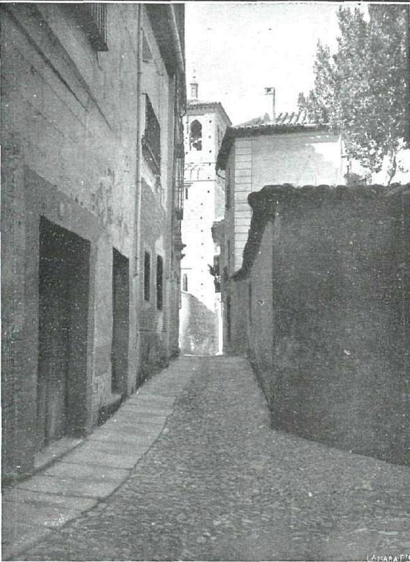 Iglesia de Santa Leocadia desde el callejón de San Ildefonso hacia 1914. Fotografía de Pedro Román Martínez para revista La Esfera