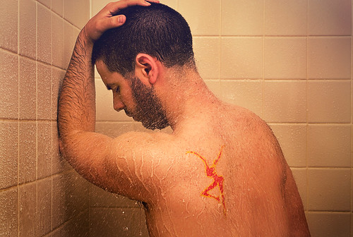 [フリー画像] 人物, 男性, 憂鬱, 落ち込む・落胆, お風呂・シャワー, 201005110500