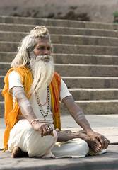 Varanasi_1170 (Olderhvit) Tags: street travel portrait india canon varanasi meditation indien ghat travelphotography resefoto indiastreetphotography olderhvit