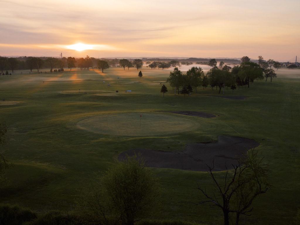 早朝の河川敷ゴルフ場