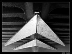 Deuxième procès (LiesBaas) Tags: auto bw car sign logo photo pix reclame citroen picture pic denhaag oldtimer van busje 2010 vehicule zw bezuidenhout zwartwitfotografie liesbaas tweedeprobeerselmetphotoshop