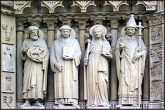 Figuras de Notre Dame (Roberto Lazo) Tags: paris art church composition photography photo arquitectura artistic creative catedral ciudad antigua fantasy photomontage their estatua diseos figura simetra artstica