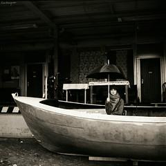 Puffel (stundenhotel) Tags: bw woman rolleiflex umbrella mediumformat boot boat outdoor frau hafen regen regenschirm mittelformat rolleiflext