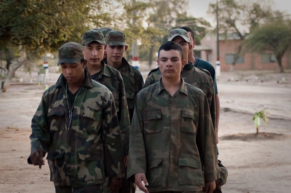 Soldados del Cuartel del Tercer Cuerpo del Ejercito de Mariscal Estigarribia marchan rumbo al predio donde recibirán instrucciones de tareas del día. (Elton Núñez - Mariscal Estigarribia, Paraguay)