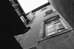 Fenêtre sur cour (snakeshepard) Tags: noir et blanc fenetre mur volet retro