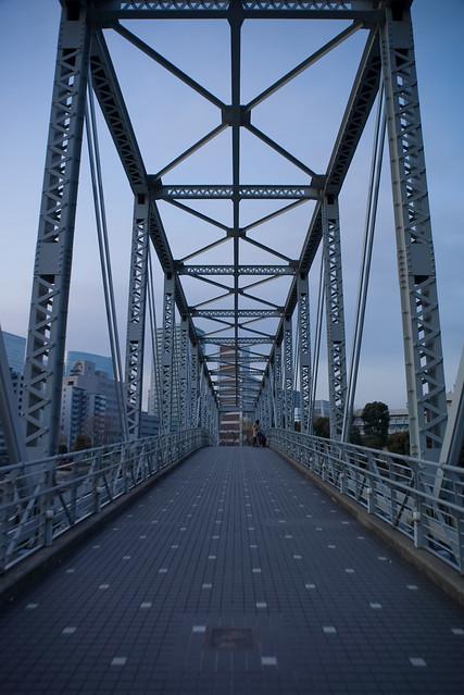薄闇のトラス橋