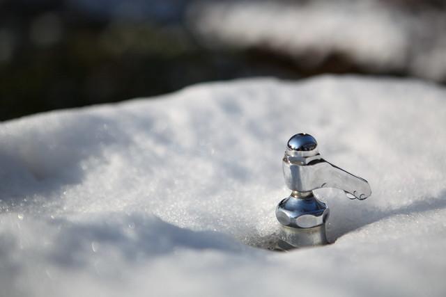 雪中の蛇口