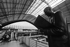 The unmoved reader / El Lector Impasible (pasotraspaso. Jesus Solana Fine Art Photography) Tags: bw byn bronze de tren photography still spain nikon europe reader photos sigma railwaystation estacion 1020 atocha quieto lector unmoved impasible nikond80 pasotraspaso jesussolana