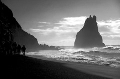 (t3mujin) Tags: d70 ísland iceland vík reynisdrangar beach bw rocks cliffs people sea ocean landscape fav10