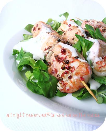 spiedini salmone gamberoni al pepe rosa con dressing allo yogurt
