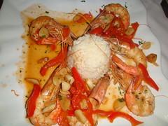 Pimientos rellenos de langostinos con arroz y pimiento rojo frito