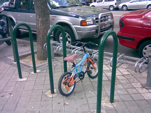 bici infantil en parking