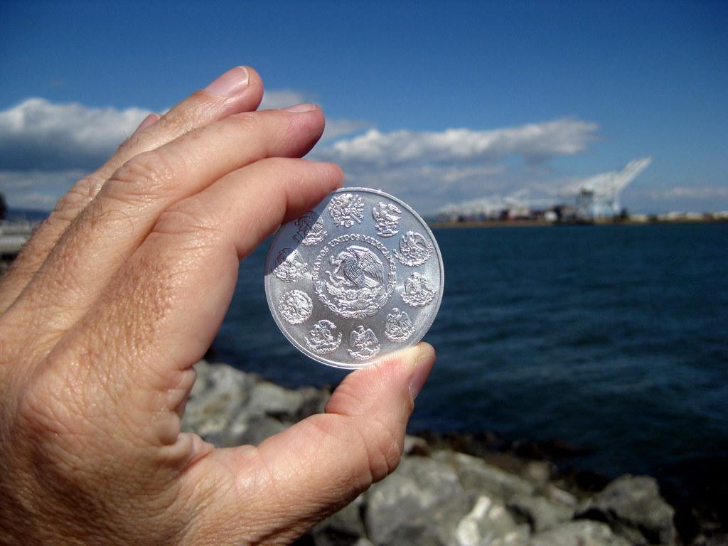 la moneda de plata que destella (the gleaming silver coin)