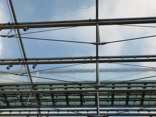 很漂亮的地鐵站,屋頂是鋪了一層水喔