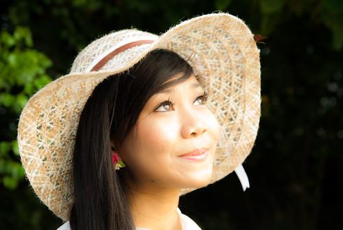フリー写真素材, 人物, 女性, アジア女性, シンガポール人, 帽子・キャップ, 見上げる,